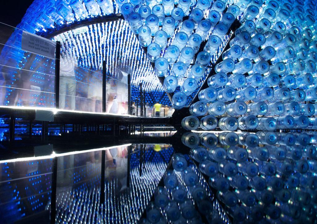 Авторы приурочили свою работу к ежегодному фестивалю «Середина осени». Павильон выполнен из нескольких сотен пластиковых бутылок, которые символизируют традиционные китайские фонарики