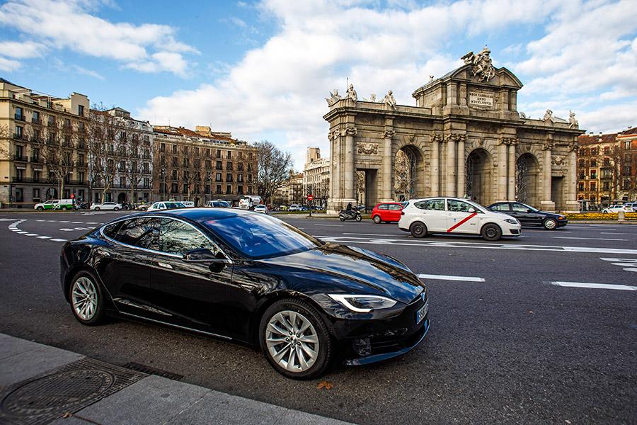 В 2015 году компания Tesla представила систему автопилота из камеры, радар, GPS-модуля и ультразвуковых датчиков расстояния. С помощью системы машина сможет автономно двигаться по городской дороге с разметкой и на магистрали. В 2016 году систему обновили и продемонстрировали в действии на Model S. В октябре 2016 года глава Tesla Илон Маск заявил, что все производимые автомобили Tesla будут оснащены технологией автономного вождения.
