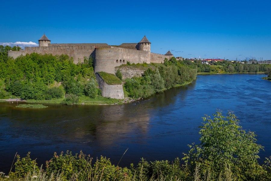 Крепость Ивангород и река Нарва