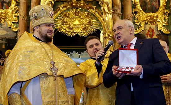 Директор музея «Исаакиевский собор» Николай Буров (справа) передает ключ от храма настоятелю архимандриту Серафиму
