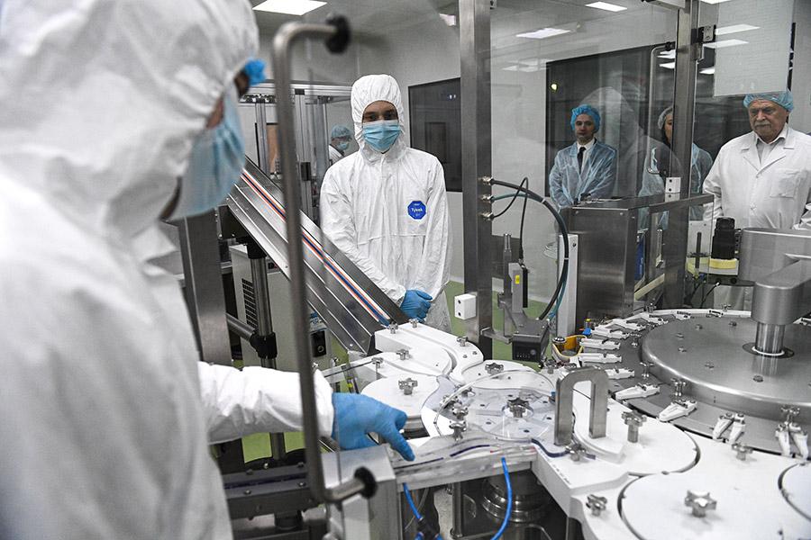 Сотрудники новосибирского предприятия «Вектор-БиАльгам» на линии розлива инъекционных препаратов шприц-доза вакцины «ЭпиВакКорона»