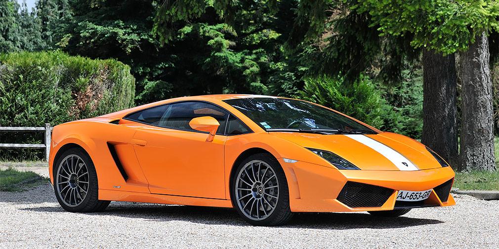 Lamborghini Gallardo LP 550-2  Любовь футбольных звезд к суперкарам подтверждает недавняя покупка Луиша Нани. Полузащитник «Валенсии» заплатил более 160 тыс. евро за заднеприводную модификацию Lamborghini LP560-4, выпущенную ограниченным тиражом в 250 экземпляров. Спорткупе оснащается 5,2-литровым атмосферником V10 мощностью 550 лошадиных сил. Машина способна набирать первую «сотню» за 3,9 секунды.