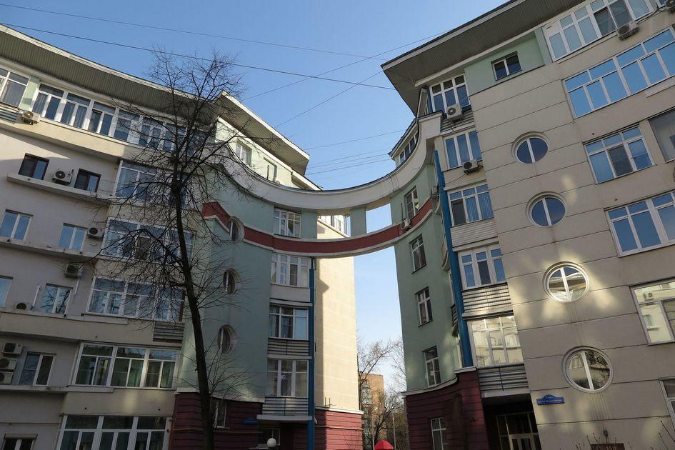 Реновация пятиэтажек позволила придать хрущевкам необычный вид и визуально объединить соседние дома на уровне верхних этажей