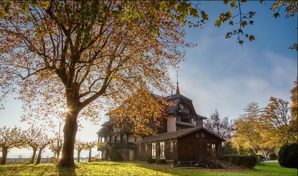 К дому прилегает участок площадью 4 га с лесом, парком и прибрежной водной зоной