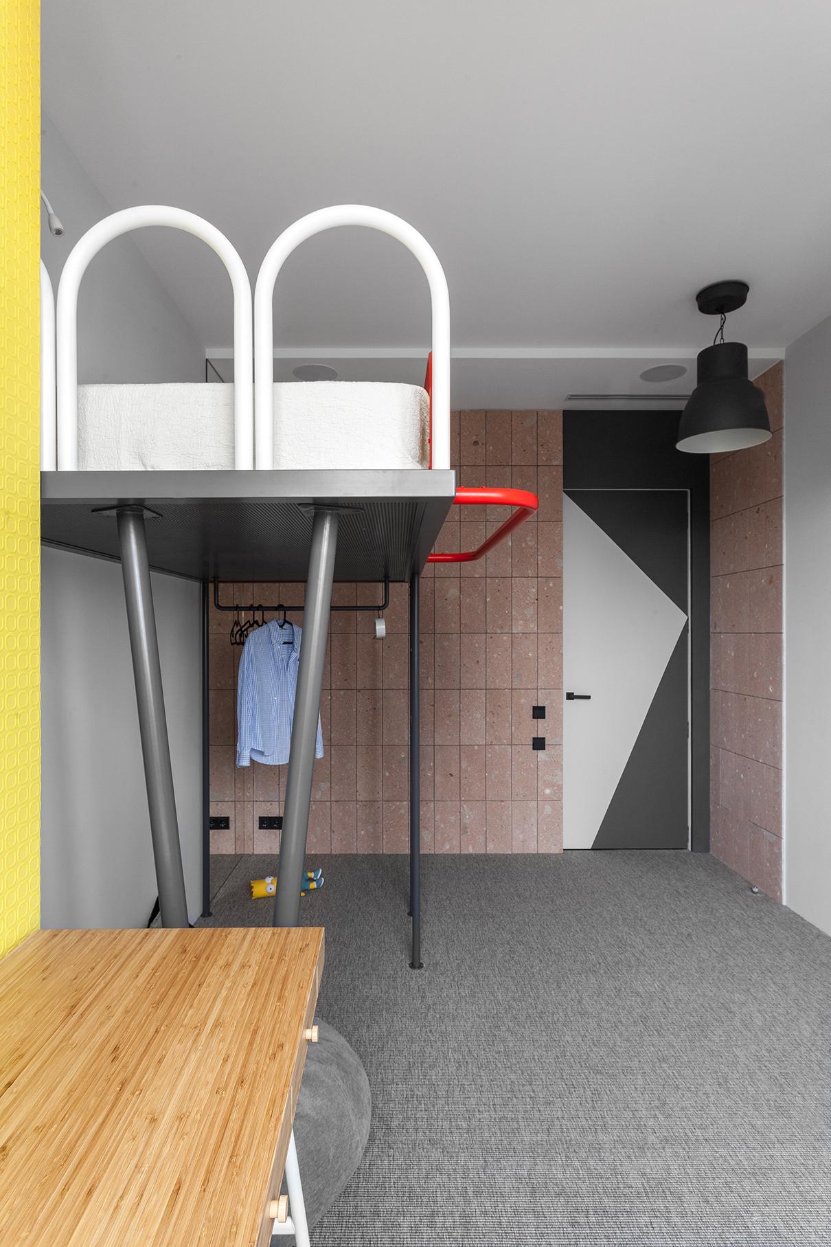 Часть стены в детской облицована фасадной плиткой из натурального туфа, светильник — IKEA. Кровать-чердак выполнена из металлических трубок разного диаметра по эскизам и чертежам архитекторов