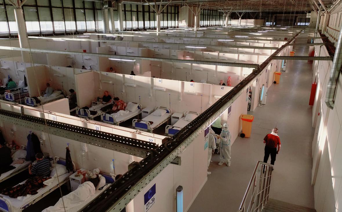 Отделение для больных во временном госпитале, организованном в выставочном комплексе «Ленэкспо»