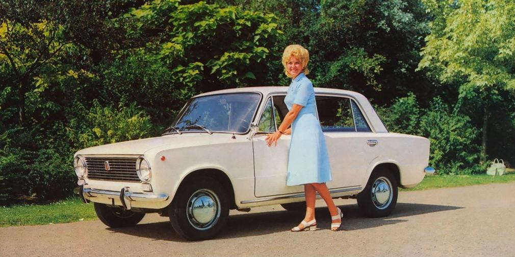 В фильме «Невероятные приключения итальянцев в России», вышедшем на экраны в 1973 г., «Москвич» не отстает от «Жигулей». По объему производства «копейка» легко ушла в отрыв: миллионный автомобиль новый завод в Тольятти выпустил уже через три года после начала производства. АЗЛК на это потребовалось 20 лет. А в 1974 г. ВАЗ вышел на проектную мощность в 660 тысяч автомобилей.