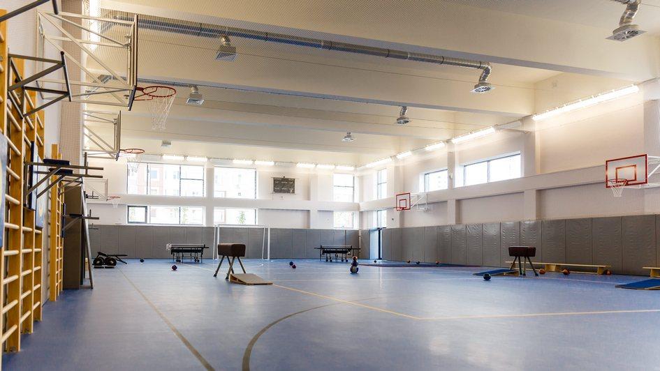 Спортивный блок школы включает сразу пять залов, один из которых предназначен для занятий хореографией и оснащен станками и зеркалами во всю стену. Остальные четыре физкультурных зала оборудованы гимнастическим и спортивным инвентарем. Для большей безопасности стены обиты матами, а на полу уложено специальное нескользящее покрытие