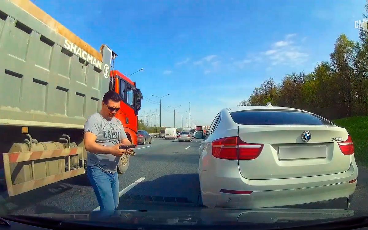 <p>Поведение агрессивного автомобилиста попадает как минимум на штраф за нарушение правил дорожного движения. Наказать водителя могут за езду по обочине&nbsp;&mdash; на 1500 руб.</p>
