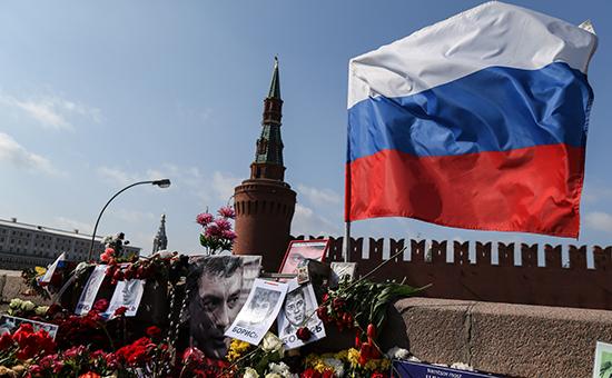 Цветы на месте гибели Бориса Немцова. Фото 2015 года