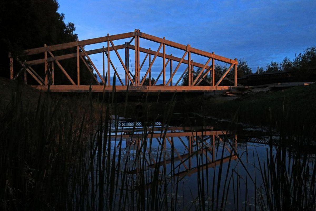 Несущая конструкция дома-моста полностью изготовлена из дерева