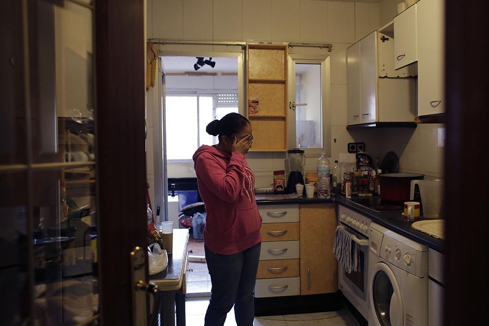 Жительница Мадрида плачет, получив уведомление о выселении из квартиры из-за неуплаты ипотечного кредита