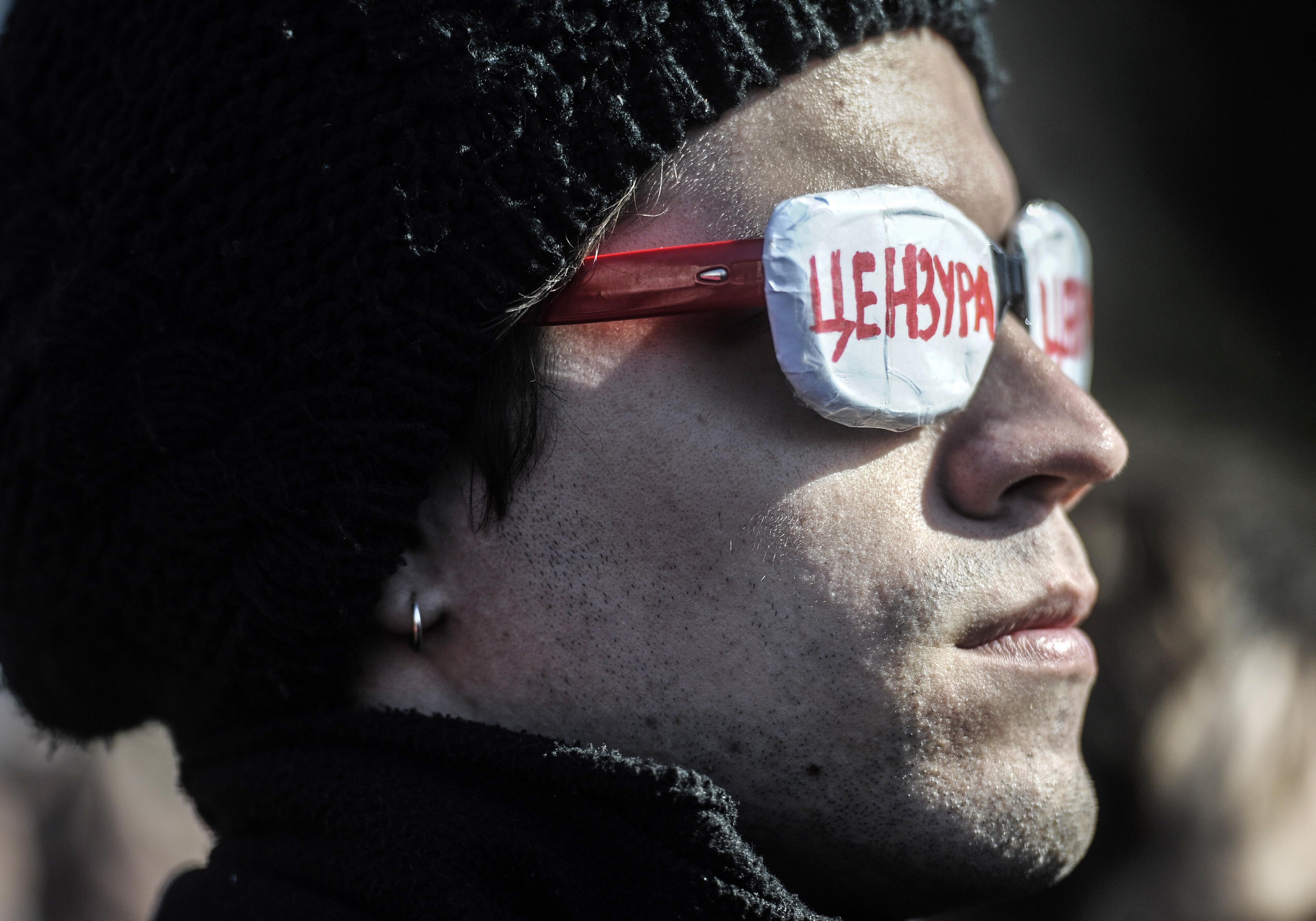 Участник митинга в защиту свободы творчества и в поддержку оперы Р.Вагнера «Тангейзер» в постановке режиссера Т.Кулябина у здания Новосибирского театра оперы и балета. 5 апреля 2015 года