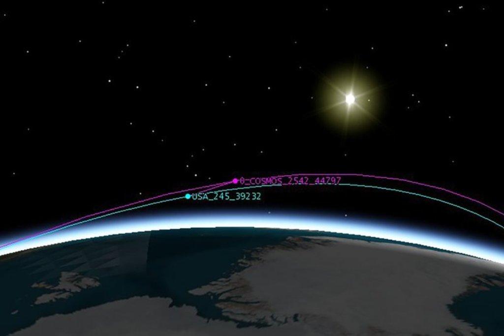 """Российский """"Космос-2542"""" подлетал к американскому USA 245 на расстояние 160 км, что по космическим меркам значит почти вплотную."""