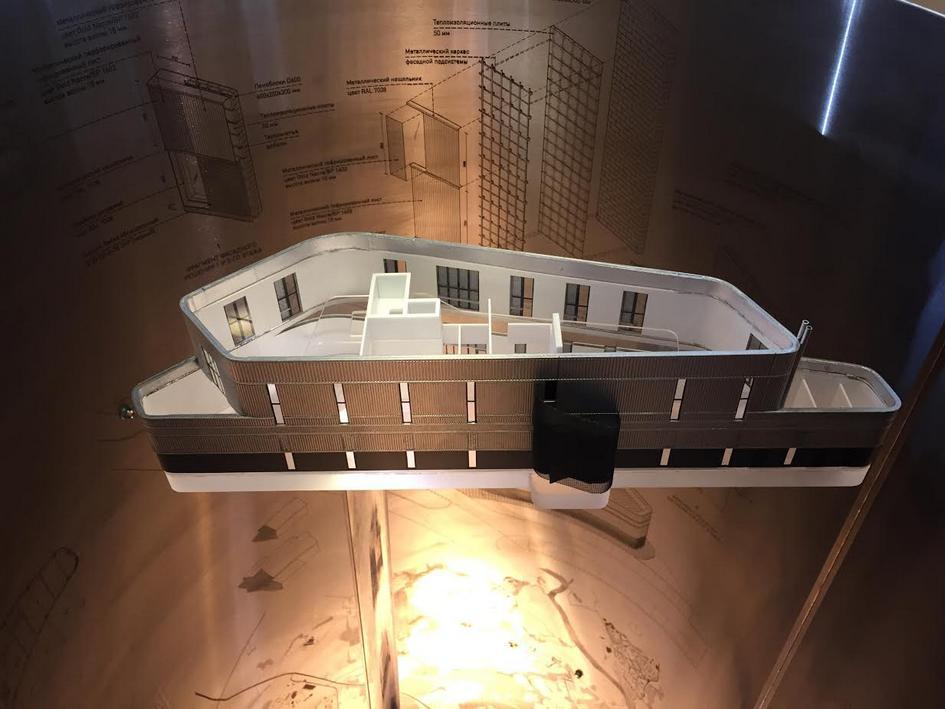 Инсталляция архитектурного бюро А2ОМ  Объект архитектурного бюро А2ОМ иллюстрирует процесс воплощения реального архитектурного проекта—торгово-офисного центра «Волна» всельском поселении Молоковское натерритории Новой Москвы. Создавая общую геометрию ивзаимоувязывая еесокружением, авторы смотрят напроект сверхувниз. При каждом дальнейшем шаге проработки масштаб увеличивается истановится реальным, тем самым меняя взгляд наобъект снизувверх