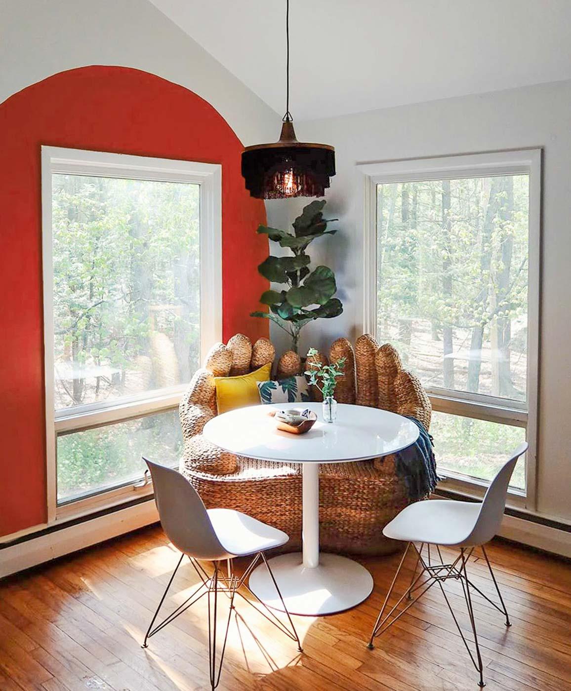 Нарисованная арка, обрамляющая окно кухни