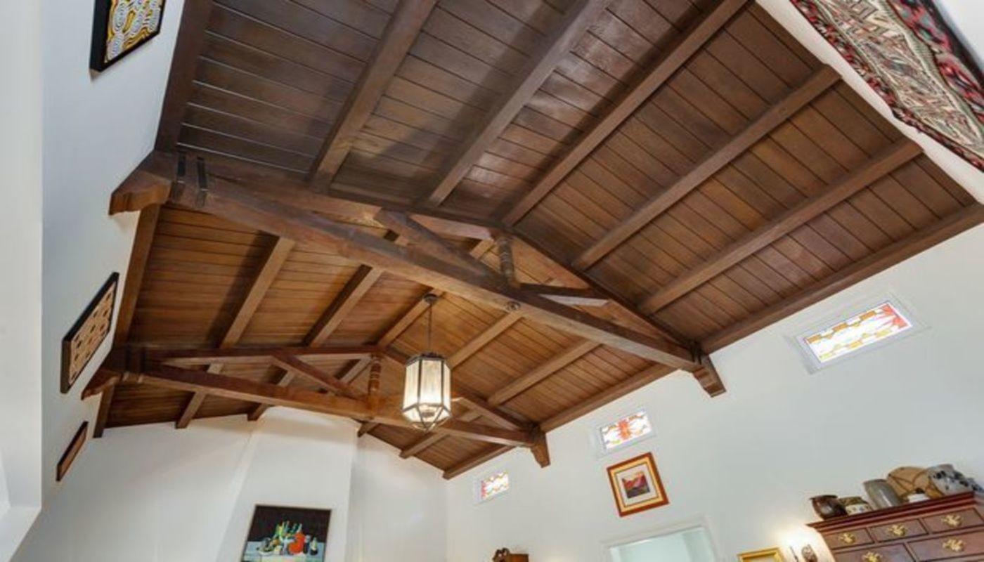 В гостиной сохранился оригинальный деревянный потолок