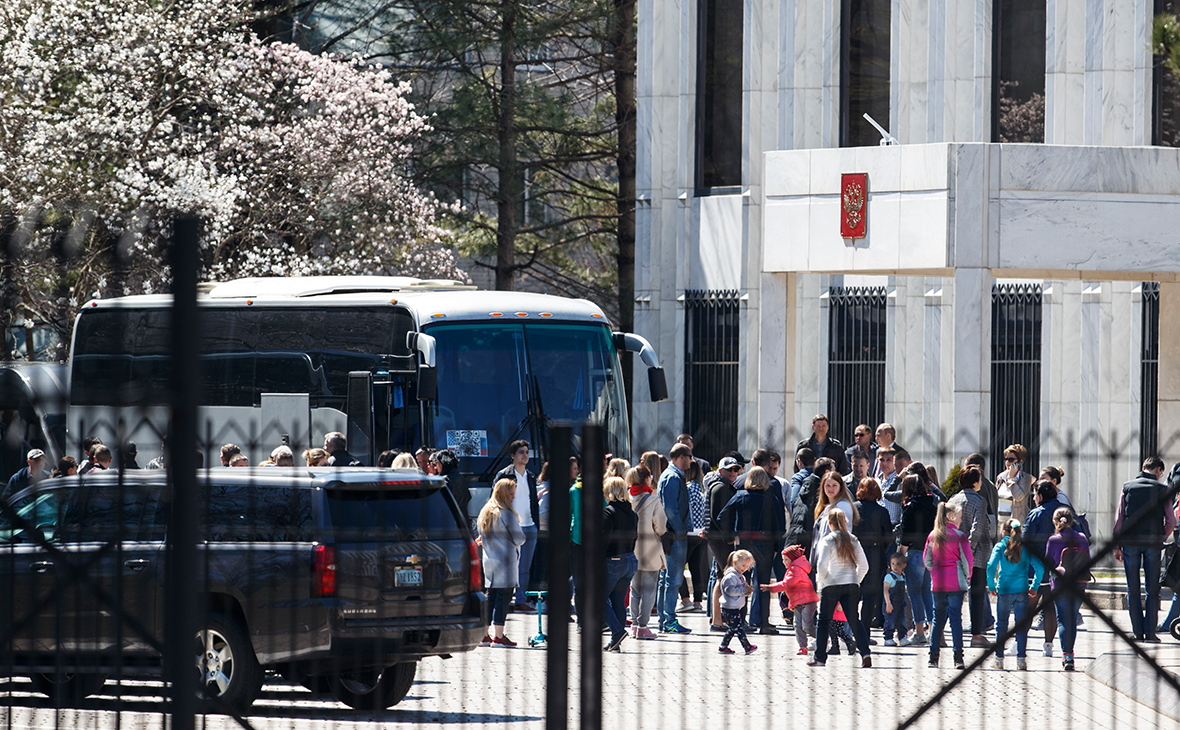 Дипломаты и члены их семей покидают посольство в Вашингтоне