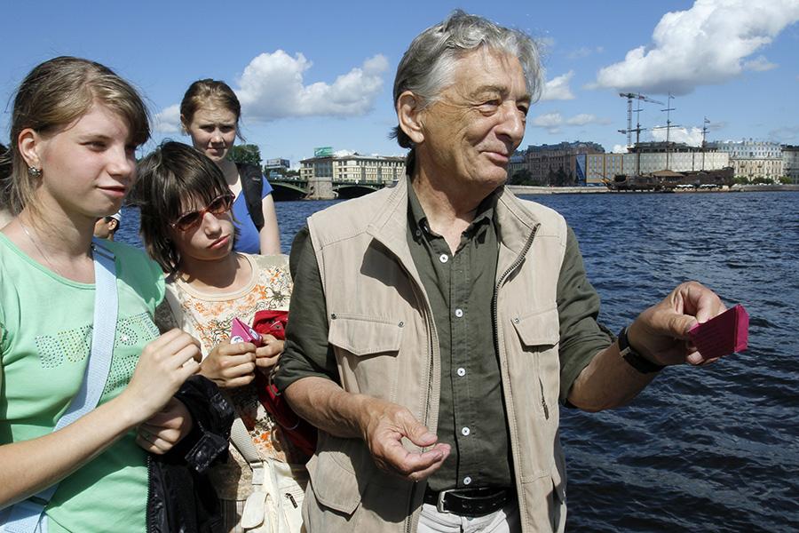 Эдуард Успенский во время запуска бумажных «корабликов надежды» по реке Неве на Стрелке Васильевского острова в Санкт-Петербурге. 14 июля 2011 года