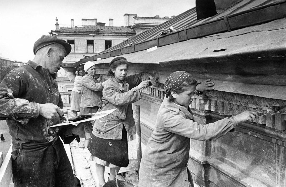 Бригада штукатуров М. Клюйкова во время отделки дома №27 на Невском проспекте в Ленинграде