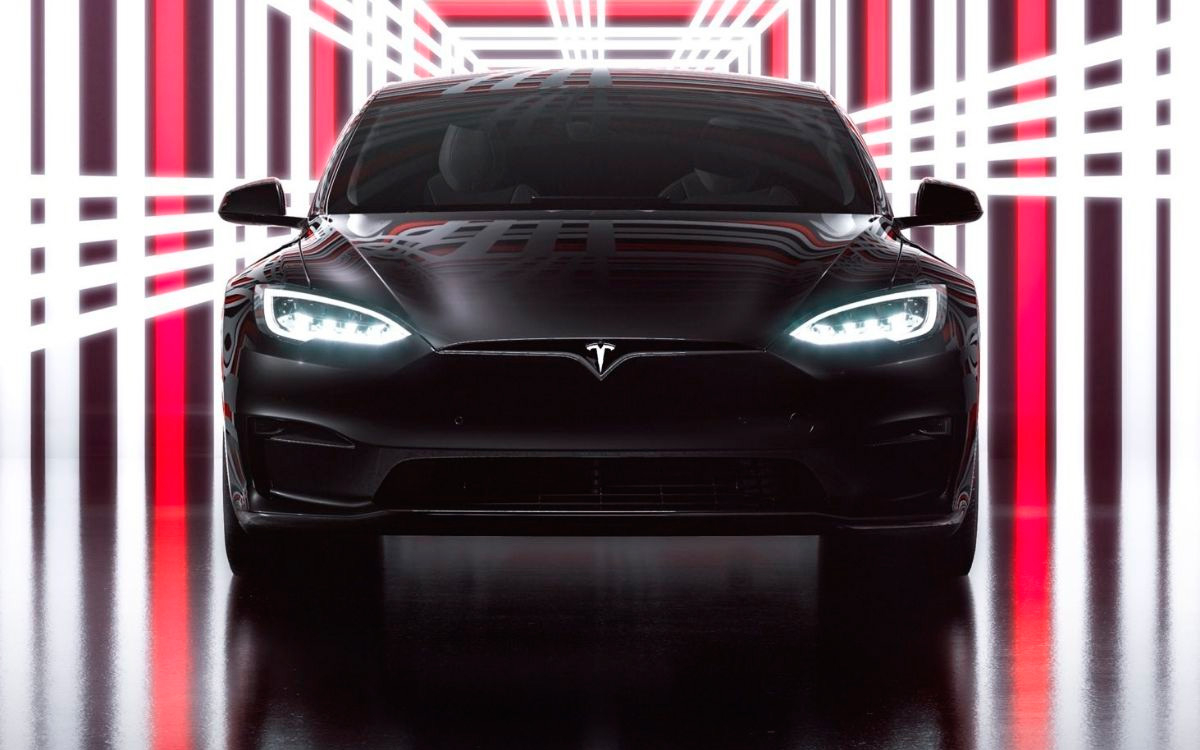 Компания Tesla представила самый быстрый электрокар в мире — до «сотки» эта машина может разогнаться за 2 секунды