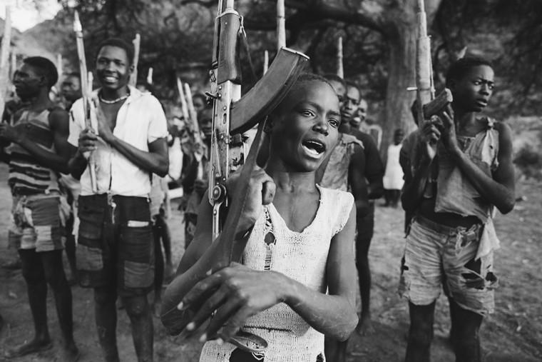 Вооруженные мужчины и их дети в деревне Кабро (Центральный Судан)