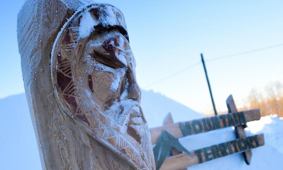 Дизайн общественных пространств ивходных групп иглу-отеля выполнен внациональном стиле коренных народов Камчатки