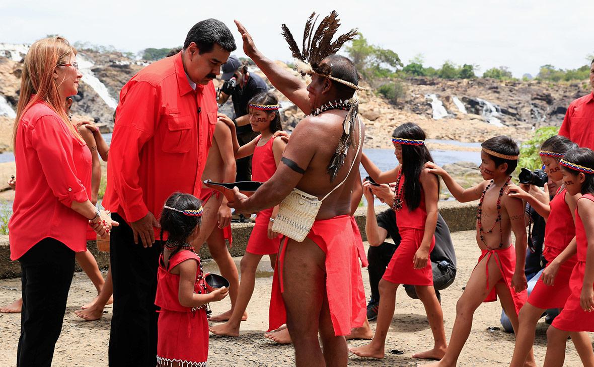 Николас Мадуро во время визита к шаману