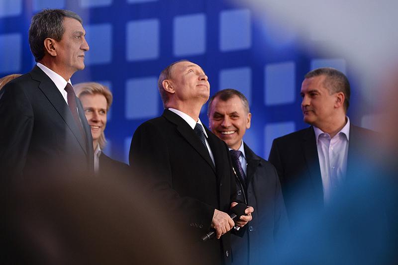Президент России Владимир Путин (в центре).