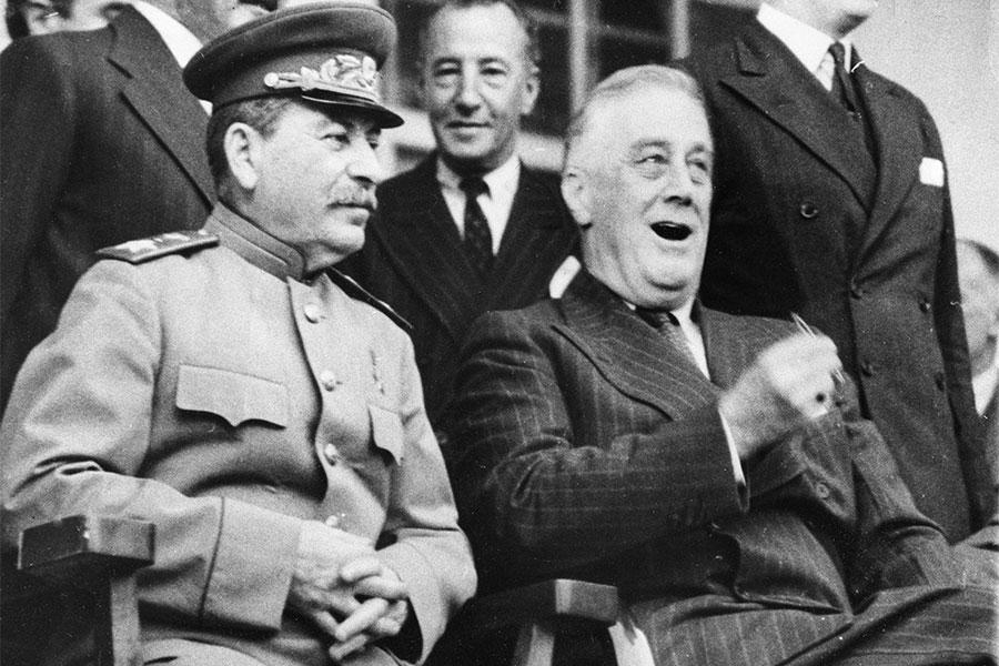 28 ноября 1943 года в Тегеране впервые встретились лидеры главных участников антигитлеровской коалиции, в том числе председатель Совета народных комиссаров СССР Иосиф Сталин и президент США Франклин Делано Рузвельт (на фото справа). Главным на Тегеранской конференции стало решение о сроках и месте открытия второго фронта в Западной Европе.