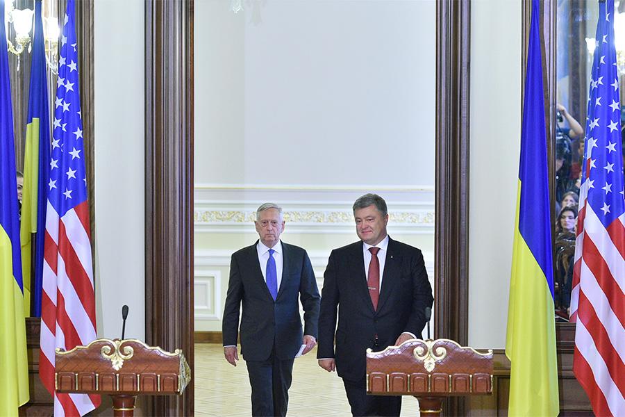 Джеймс Мэттис и президент Украины Петр Порошенко (слева направо) во время пресс-конференции по итогам встречи