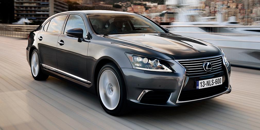 Lexus LS460 Для того, чтобы ездить пассажиром с комфортом, певец одновременно приобрел представительский Lexus, причем с удлиненной колесной базой.