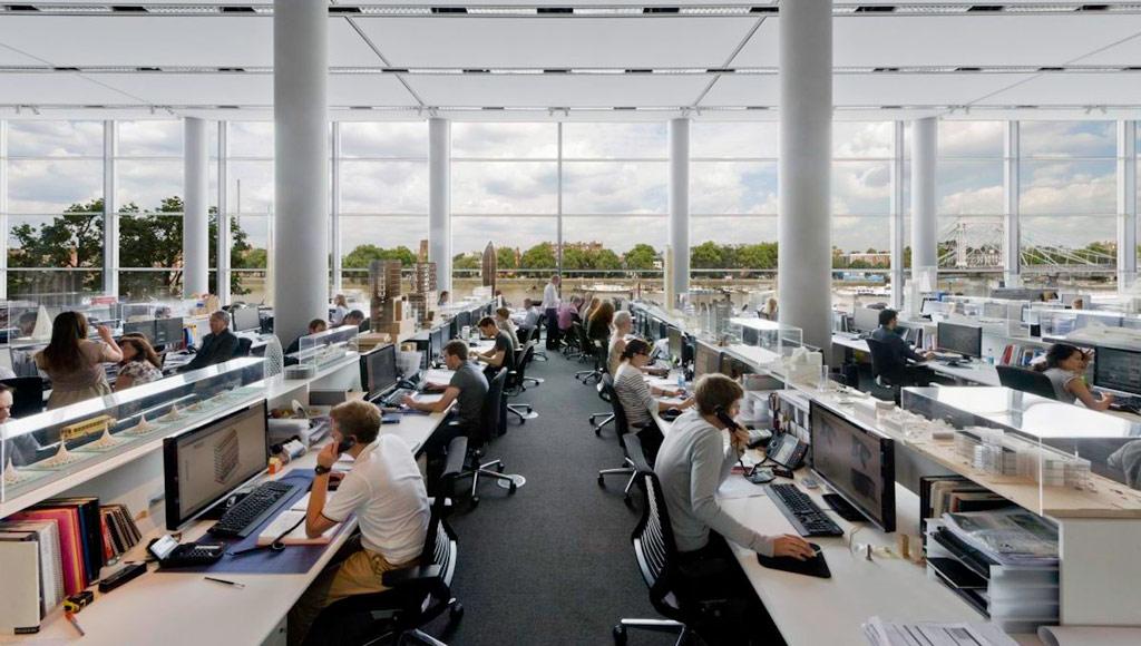 Стены кольцевого здания — из стекла, причем все стеклянные панели гнутые и сделаны по индивидуальным чертежам. Новый офис имеет в общей сложности семь этажей — четыре над землей и три подземных