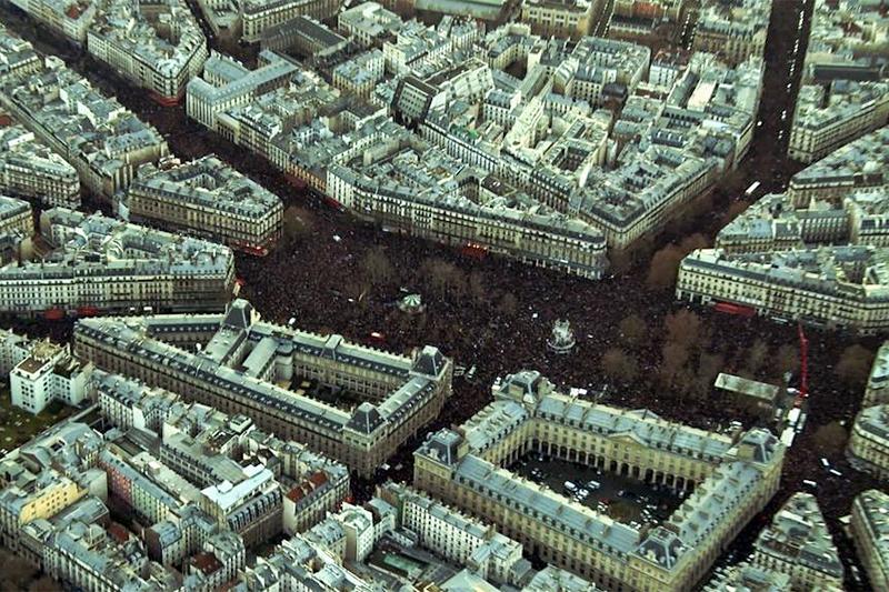 Сотни тысяч людей собираются на Площади Республики для участия в марше солидарности на улицах Парижа