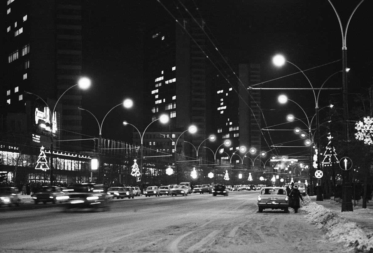 Общий вид проспекта Калинина в предновогодние дни. 1983 год
