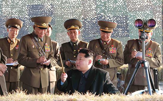 Ким Чен Ын (в центре) наблюдает за запуском ракет