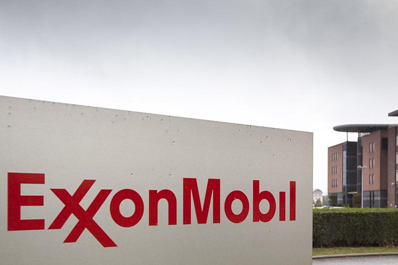 ExxonMobil (США)   Капитализация на19 июня 2014 года: $440,7 млрд  Капитализация на15 января 2016 года: $329,4 млрд (-25%)   По итогам первых трех кварталов (январь—сентябрь) 2015 года ExxonMobil получила $13,4 млрд чистой прибыли —на 48% меньше, чем за тот же период 2014 года (то естьдоначала острой фазы нефтяного кризиса). Выручка компании упала с$324,7 млрд до$209,1 млрд (-36%).  Еще в августе 2014 года, когда нефтяные цены еще непробили отметку $100 забаррель, консалтинговая фирма Carbon Tracker подсчитала, чтоиз потенциальных проектов ExxonMobil при цене$75 за баррель окупается только половина, еще треть —при цене не ниже $95 за баррель.  Компания сокращает инвестиции —ее капитальные расходы и затраты на геологоразведку в январе—сентябре 2015 года снизились на 16%, или на $23,6 млрд. «Мы неустанно держим вполе зрения базовые вопросы ведения бизнеса: впервую очередьуправление расходами, внезависимости отцен насырье»,— объяснял секвестр глава концерна Рекс Тиллерсон.  Теперь большую часть прибыли ExxonMobil приносит переработка нефти: есливтретьем квартале 2014 года ее доля в общей прибыли компании составляла 13%, тонатотжепериод прошлого года—уже 48%. Доля глубокой переработки сырья за то же время выросла с 15% до 29%