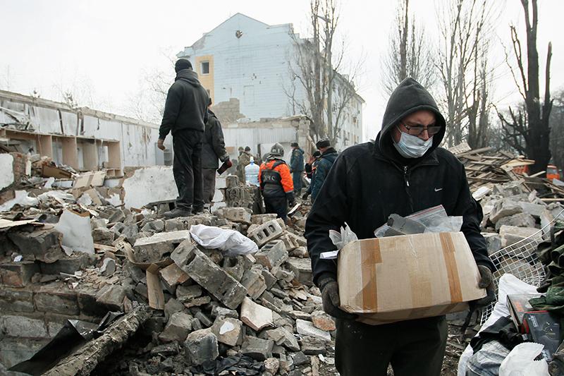 Несмотря напереговоры «минской группы», бои вДонецке иАвдеевке продолжались.  На фото:  здание общежития, разрушенное врезультатеартиллерийского обстрела вДонецке. 3 февраля