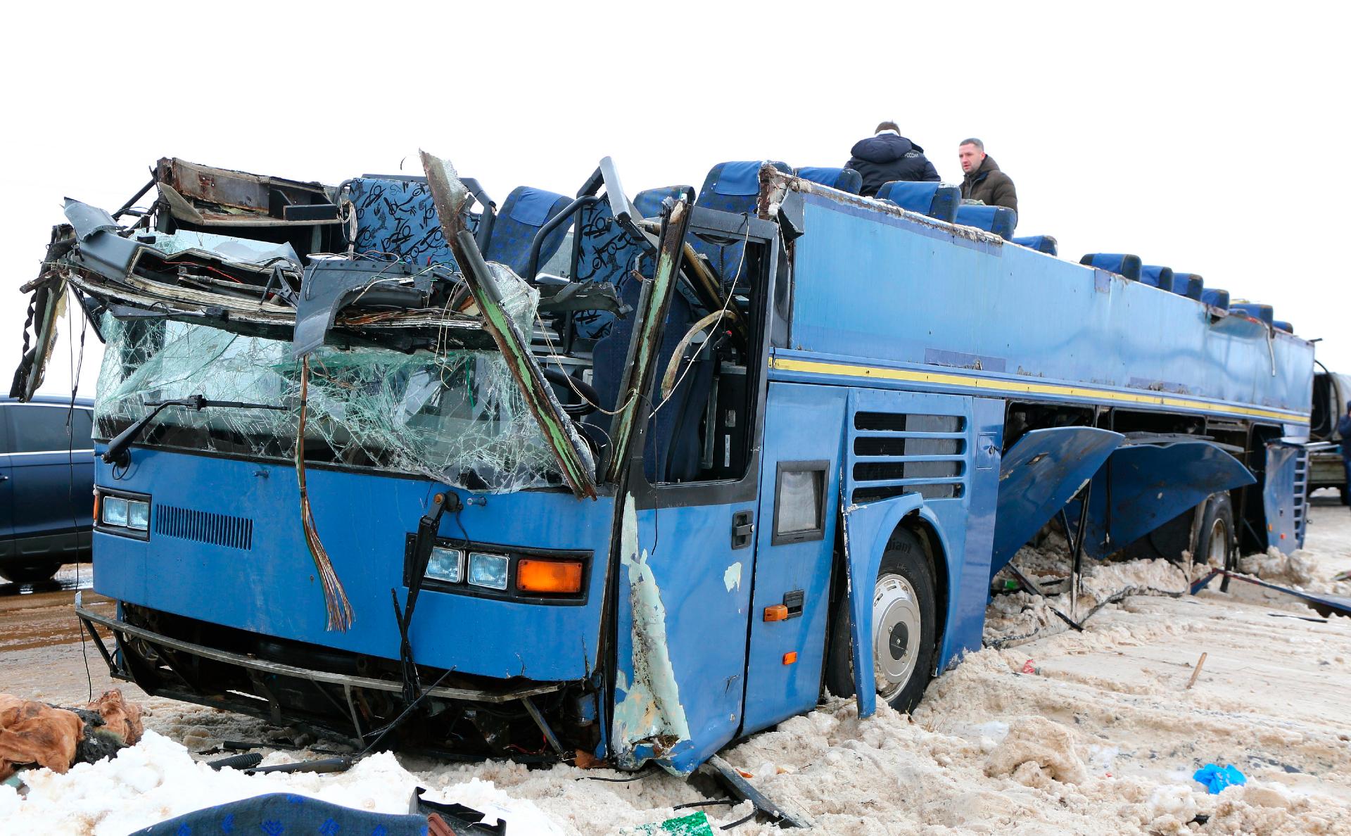 Опрокинувшийся на 128-м км дороги Калуга - Вязьма автобус