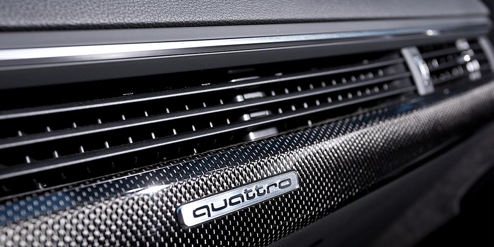 Упоминание о наличии полного привода quattro есть даже перед глазами переднего пассажира