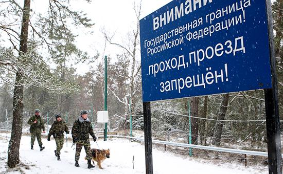 Пограничники ссобакой патрулируют границу сЛитвой врайоне Куршской косы.Калининградская область, 2012 год
