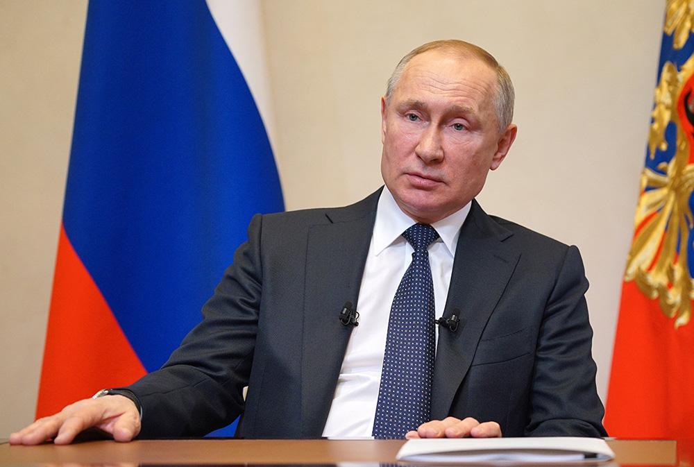 Президент России Владимир Путин во время обращения из Ново-Огарево к гражданам в связи с ситуацией с коронавирусом