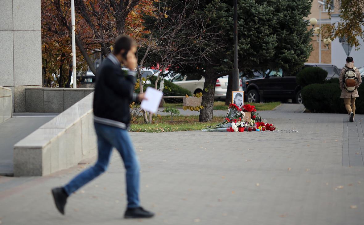 Мемориал рядом с местом убийства в Волгограде Романа Гребенюка, который был избит до смерти после ссоры в родительском чате