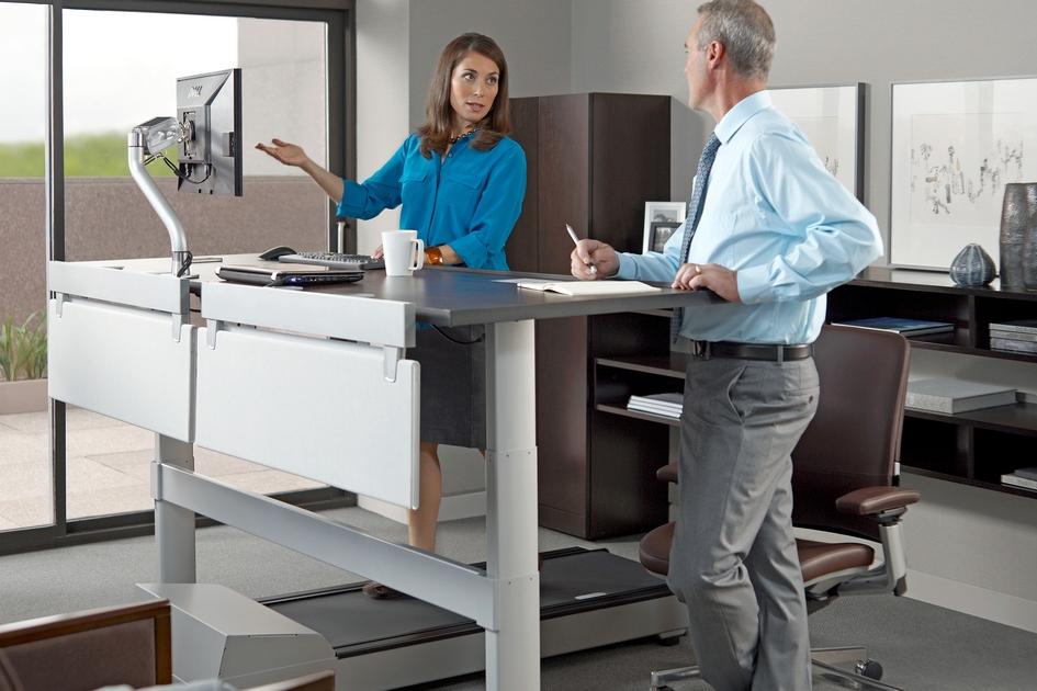 В целомвысокие столешницы—это тренд, которыйнабирает популярность. Такая концепция поможет работникуподдерживать осанку идаст нагрузку на мышцыспины, которые моглибы атрофироваться отдлительного сидения