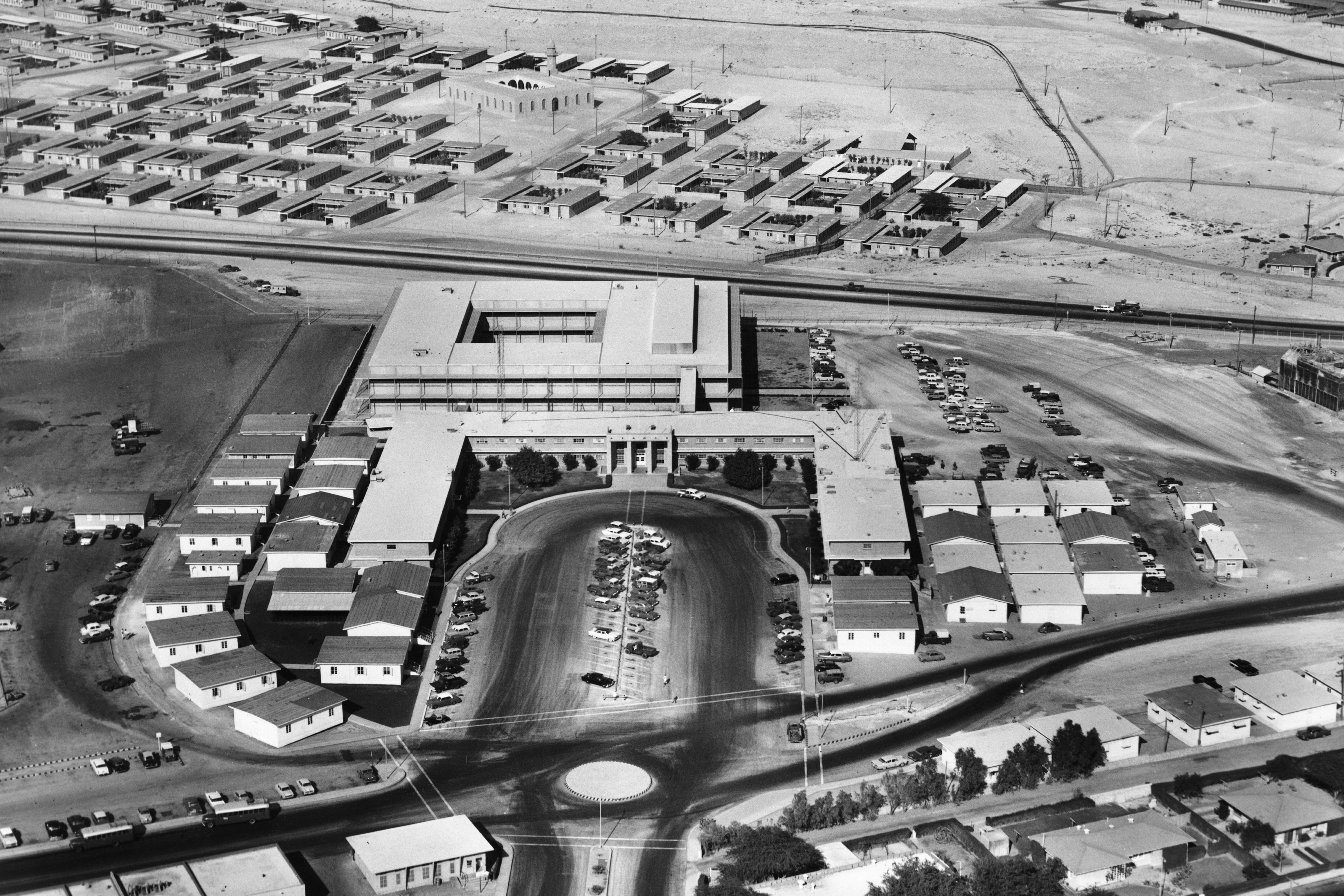 Вид с высоты птичьего полета на офис нефтяной компании Saudi Aramco в Дахране, Саудовская Аравия, 1955 год.