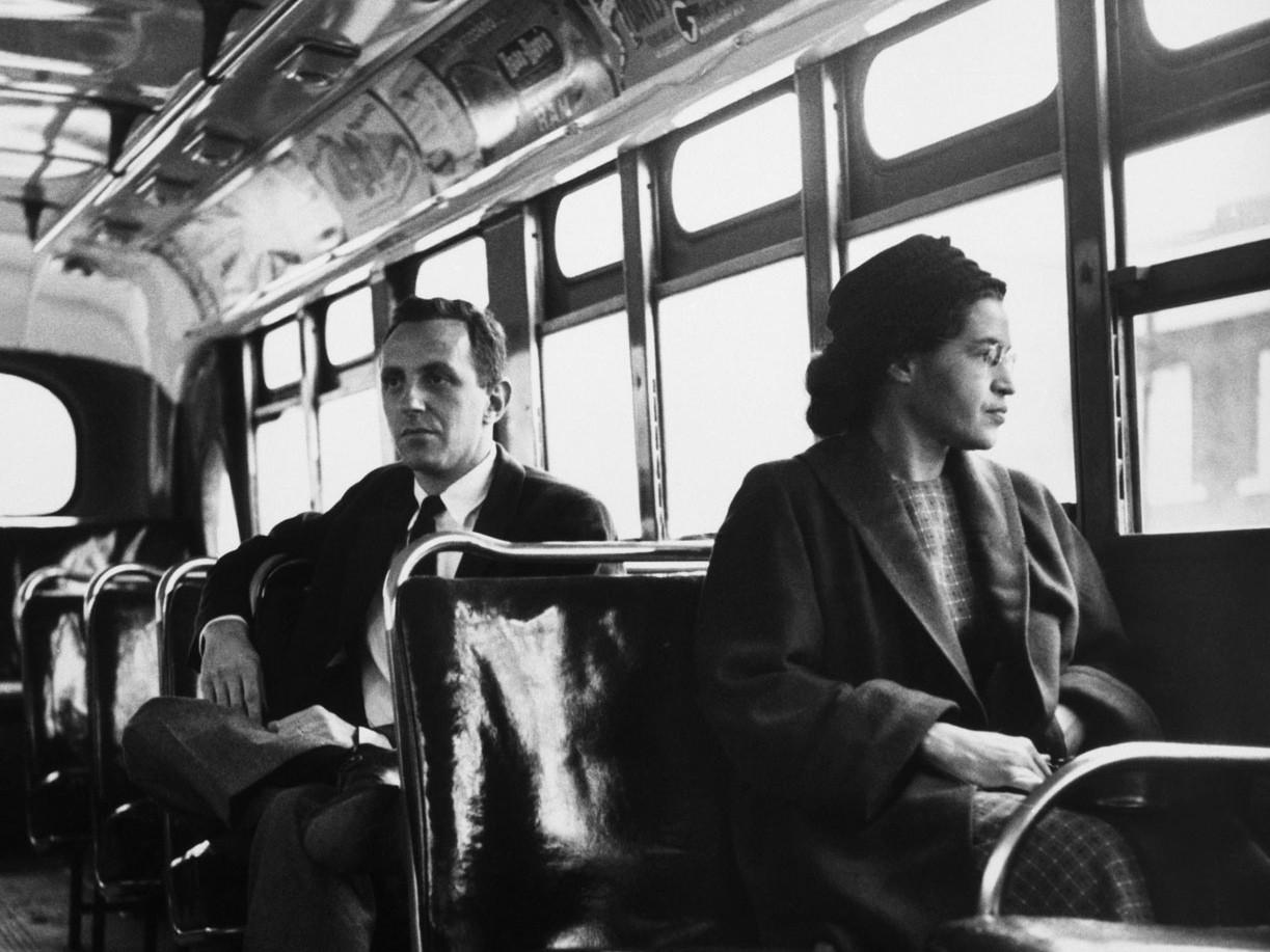 Роза Паркс и журналист United Press Николас Крисс (слева) в автобусе в Монтгомери в декабре 1956 года, год спустя ее знаменитого демарша