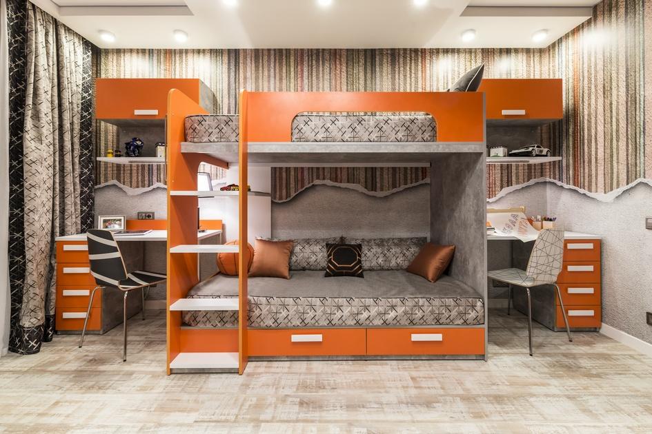 Двухэтажная кровать оптимизирует пространство вкомнате площадью 17кв. м