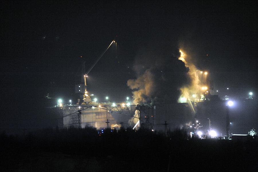 Во время тушения пожара на судоремонтном заводе в Росляково, 2011 год