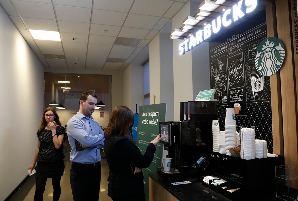 Кофемашина Starbucks в столичном офисе банка «Открытие» на Басманной улице в Москве