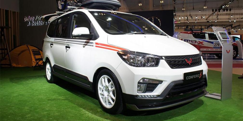Wuling Confero S  Китайцев тоже интересует индонезийский рынок — на GIIAS представлен минивэн Wuling Confero S местной сборки. В отличие от японских конкурентов, выглядит он достаточно скромно. Клиренс у него небольшой, но низ кузова защищен пластиковым обвесом. Заявленная вместимость автомобиля длиной 4530 — восемь человек. Двигатель объемом 1,5 л развивает 107 л.с. и оснащается 5-ступенчатой механической трансмиссией. Wuling Confero S дешевле конкурентов — цены на него начинаются от 128,8 млн индонезийских рупий (578 000 руб по курсу ЦБ). Для сравнения, более компактная Toyota Avanza обойдется минимум в 190,2 млн рупий (853 тыс. рублей).